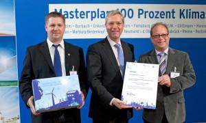 Übergabe der Projekturkunde am 7. Mai 2012 im Bundesumweltministerium v.l. Guido Wermers, Bundesumweltminister Dr. Norbert Röttgen, Michael Wolters
